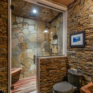 Идея дизайна: ванная комната в стиле рустика с раздельным унитазом, полом из сланца, душевой кабиной, душем в нише, разноцветной плиткой, каменной плиткой, темными деревянными фасадами, настольной раковиной, столешницей из дерева и коричневой столешницей
