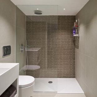 Esempio di una stanza da bagno padronale design con doccia aperta, WC sospeso, piastrelle grigie e piastrelle di vetro