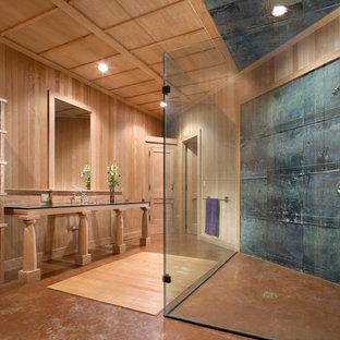Foto di una piccola stanza da bagno padronale tradizionale con nessun'anta, ante in legno chiaro, doccia a filo pavimento, piastrelle in metallo, pavimento in cemento, lavabo sottopiano, top in vetro, doccia aperta, pareti marroni e pavimento marrone