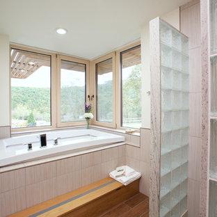 Idée de décoration pour une douche en alcôve principale design avec une baignoire posée, un carrelage beige et un mur blanc.