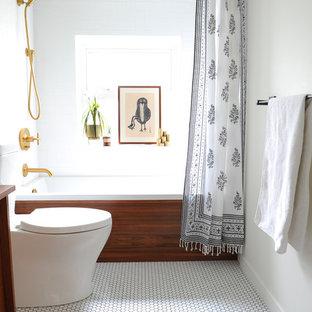 Foto di una piccola stanza da bagno padronale moderna con ante lisce, ante in legno scuro, vasca ad alcova, vasca/doccia, WC a due pezzi, piastrelle bianche, piastrelle in ceramica, pareti bianche, pavimento in gres porcellanato, top in legno, pavimento bianco e doccia con tenda