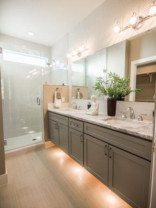 Stanza da bagno contemporanea con pavimento in compensato foto idee arredamento - Stanza da pranzo contemporanea ...