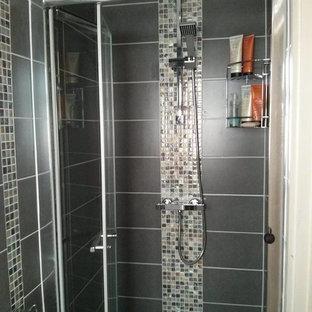 Свежая идея для дизайна: маленькая ванная комната в современном стиле с подвесной раковиной, фасадами с декоративным кантом, душем в нише, раздельным унитазом, серой плиткой, керамической плиткой, серыми стенами, полом из мозаичной плитки и душевой кабиной - отличное фото интерьера