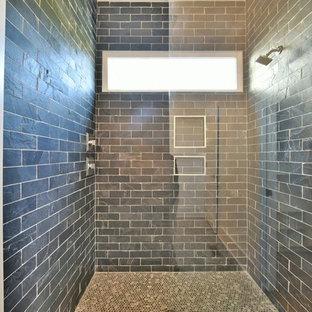 Idee per una stanza da bagno padronale tradizionale di medie dimensioni con ante bianche, doccia alcova, piastrelle blu, piastrelle diamantate, pareti bianche, pavimento con piastrelle a mosaico, lavabo sottopiano e top in zinco