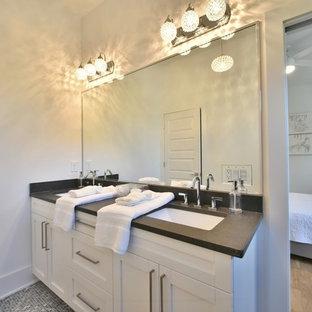 Foto di una stanza da bagno padronale classica di medie dimensioni con ante bianche, doccia alcova, piastrelle diamantate, pareti bianche, pavimento con piastrelle a mosaico, lavabo sottopiano, top in zinco e ante in stile shaker