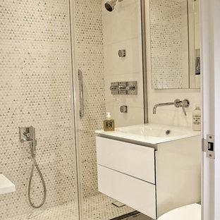 Ejemplo de cuarto de baño principal, contemporáneo, pequeño, con armarios tipo vitrina, puertas de armario blancas, ducha doble, baldosas y/o azulejos blancos, baldosas y/o azulejos de mármol, encimera de vidrio y ducha con puerta corredera