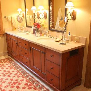 Esempio di una stanza da bagno padronale country di medie dimensioni con lavabo sospeso, consolle stile comò, ante rosse, top in granito e piastrelle beige