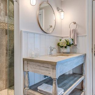 Modelo de cuarto de baño con ducha, romántico, grande, con lavabo bajoencimera, armarios abiertos, puertas de armario de madera clara, ducha empotrada, baldosas y/o azulejos beige, baldosas y/o azulejos blancos, baldosas y/o azulejos de porcelana, paredes blancas, suelo de baldosas de porcelana y encimera de granito