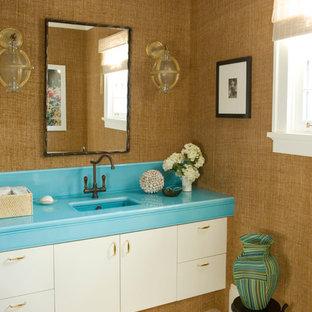 Tropisches Badezimmer mit Unterbauwaschbecken, flächenbündigen Schrankfronten und weißen Schränken in New York