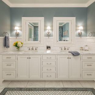 Ispirazione per una stanza da bagno classica con ante con riquadro incassato, ante bianche e lavabo sottopiano