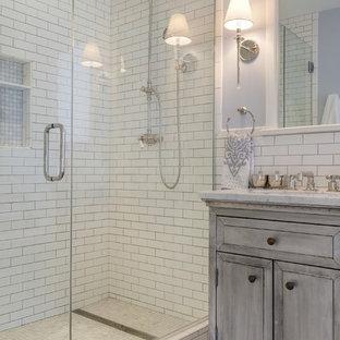 ミネアポリスのトラディショナルスタイルのおしゃれな浴室 (アルコーブ型シャワー、白いタイル、サブウェイタイル、紫の壁、マルチカラーの床) の写真