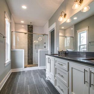 Foto di una stanza da bagno padronale stile americano di medie dimensioni con lavabo sottopiano, ante in stile shaker, ante bianche, top in quarzite, doccia aperta, WC a due pezzi, piastrelle in ceramica, pareti grigie, pavimento in gres porcellanato, piastrelle grigie e piastrelle bianche