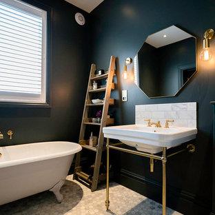 Ispirazione per una stanza da bagno minimal di medie dimensioni con vasca con piedi a zampa di leone, lavabo a consolle e pavimento grigio