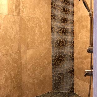 Immagine di una grande stanza da bagno con doccia aperta, piastrelle beige, piastrelle in travertino, pavimento con piastrelle di ciottoli e pavimento beige