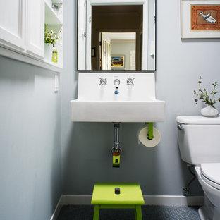 Idee per una piccola stanza da bagno per bambini classica con lavabo sospeso, piastrelle in ceramica, pareti grigie, pavimento con piastrelle a mosaico, WC a due pezzi e pavimento blu