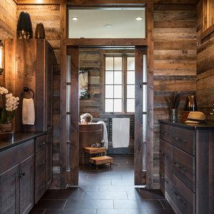 Exempel på ett stort rustikt en-suite badrum, med släta luckor, skåp i mörkt trä, ett japanskt badkar, en kantlös dusch, en toalettstol med hel cisternkåpa, bruna väggar, klinkergolv i porslin, dusch med gångjärnsdörr, ett nedsänkt handfat och svart golv