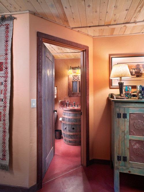 Salle de bain avec un plan de toilette en cuivre et un - Trompe l oeil salle de bain ...