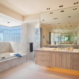Immagine di una stanza da bagno stile americano con ante in stile shaker, ante in legno chiaro, top piastrellato, vasca da incasso, doccia aperta, piastrelle beige, piastrelle in pietra e doccia aperta