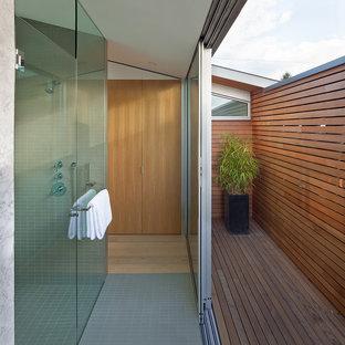Idee per una stanza da bagno minimalista con doccia aperta, pavimento con piastrelle a mosaico e porta doccia a battente