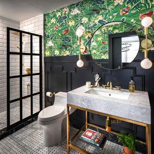 サンフランシスコの中サイズのエクレクティックスタイルのおしゃれなバスルーム (浴槽なし) (オープンシェルフ、オープン型シャワー、一体型トイレ、白いタイル、黒い壁、磁器タイルの床、大理石の洗面台、白い床、サブウェイタイル、アンダーカウンター洗面器、オープンシャワー、グレーの洗面カウンター) の写真