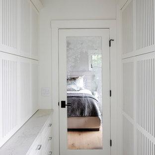 Foto de cuarto de baño principal, de estilo americano, de tamaño medio, con armarios con puertas mallorquinas, puertas de armario blancas, bañera empotrada, combinación de ducha y bañera, sanitario de pared, baldosas y/o azulejos blancos, baldosas y/o azulejos de cerámica, paredes blancas, suelo de baldosas de porcelana, lavabo bajoencimera, encimera de cuarzo compacto, suelo gris, ducha con puerta con bisagras y encimeras blancas