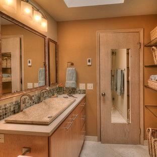 シアトルの小さいコンテンポラリースタイルのおしゃれな浴室 (横長型シンク、フラットパネル扉のキャビネット、淡色木目調キャビネット、クオーツストーンの洗面台、アルコーブ型シャワー、分離型トイレ、マルチカラーのタイル、石タイル、ベージュの壁、トラバーチンの床) の写真