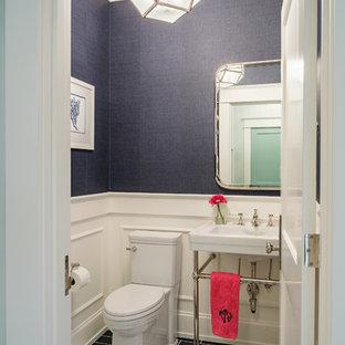 Immagine di una stanza da bagno con doccia american style di medie dimensioni con pareti blu, pavimento con piastrelle in ceramica e pavimento multicolore