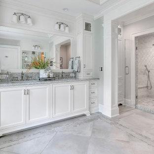 На фото: с высоким бюджетом большие главные ванные комнаты в стиле современная классика с фасадами с декоративным кантом, белыми фасадами, душем в нише, керамической плиткой, серыми стенами, полом из керамогранита, врезной раковиной, столешницей из искусственного кварца, душем с распашными дверями, серой плиткой, серым полом, серой столешницей, тумбой под две раковины, встроенной тумбой и многоуровневым потолком