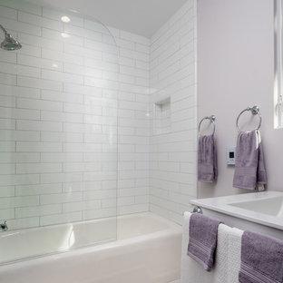 サンフランシスコの中サイズのコンテンポラリースタイルのおしゃれな子供用バスルーム (シェーカースタイル扉のキャビネット、白いキャビネット、アルコーブ型浴槽、シャワー付き浴槽、分離型トイレ、白いタイル、サブウェイタイル、ピンクの壁、セメントタイルの床、一体型シンク、珪岩の洗面台、白い床、開き戸のシャワー) の写真