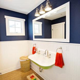 Foto de cuarto de baño infantil, campestre, de tamaño medio, con paredes azules, suelo de madera en tonos medios, lavabo suspendido y suelo marrón