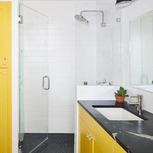 Idéer för att renovera ett litet eklektiskt svart svart bastu, med skåp i shakerstil, en toalettstol med hel cisternkåpa, vit kakel, keramikplattor, vita väggar, klinkergolv i keramik, ett undermonterad handfat, bänkskiva i täljsten, vitt golv, gula skåp, våtrum och dusch med gångjärnsdörr