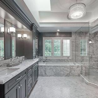 Klassisk inredning av ett mellanstort grå grått en-suite badrum, med skåp i shakerstil, våtrum, marmorgolv, ett undermonterad handfat, granitbänkskiva, grå skåp, ett badkar i en alkov, grå väggar, grått golv och dusch med gångjärnsdörr