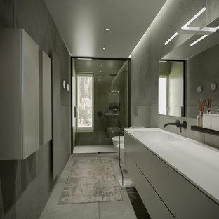 На фото: с высоким бюджетом большие ванные комнаты в современном стиле с плоскими фасадами, серыми фасадами, душем в нише, инсталляцией, серой плиткой, керамогранитной плиткой, серыми стенами, полом из керамогранита, душевой кабиной, накладной раковиной, столешницей из искусственного камня, серым полом, душем с раздвижными дверями, серой столешницей, нишей, тумбой под одну раковину, подвесной тумбой и многоуровневым потолком