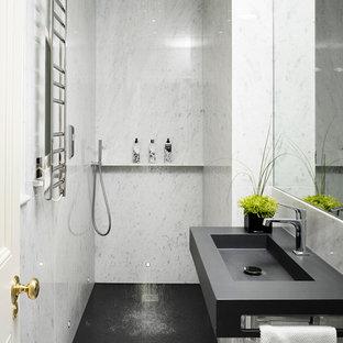 Diseño de cuarto de baño actual con lavabo integrado, ducha a ras de suelo, baldosas y/o azulejos blancos, baldosas y/o azulejos de piedra, paredes blancas, suelo de mármol y suelo gris