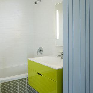Ispirazione per una stanza da bagno per bambini minimalista con lavabo integrato, ante lisce, ante verdi e vasca/doccia