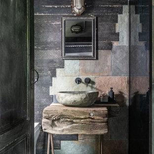 Imagen de cuarto de baño infantil, rural, de tamaño medio, con armarios tipo mueble, puertas de armario de madera oscura, baldosas y/o azulejos grises, baldosas y/o azulejos de cemento, paredes grises, suelo de azulejos de cemento, encimera de madera, suelo verde y encimeras beige