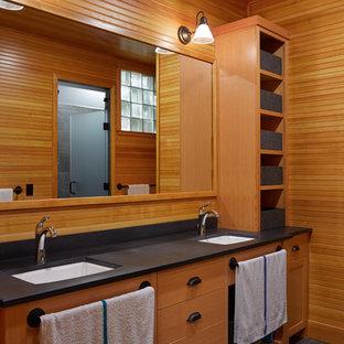 На фото: большая главная ванная комната в стиле рустика с врезной раковиной, фасадами с выступающей филенкой, светлыми деревянными фасадами, угловой ванной, открытым душем, унитазом-моноблоком, серой плиткой, каменной плиткой, бежевыми стенами, полом из керамической плитки и столешницей из искусственного камня с