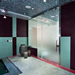 Foto di un'ampia stanza da bagno eclettica con piastrelle multicolore, piastrelle di vetro, pareti multicolore e pavimento in cemento