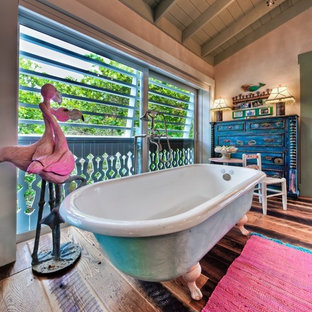 Example of an eclectic claw-foot bathtub design in Tampa