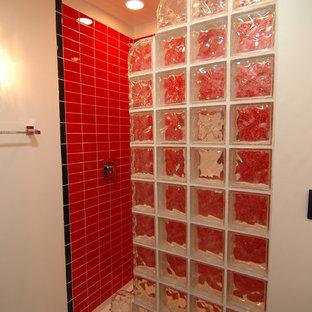 Ispirazione per una piccola stanza da bagno eclettica con doccia alcova, piastrelle rosse, piastrelle in ceramica, pareti bianche e pavimento con piastrelle in ceramica