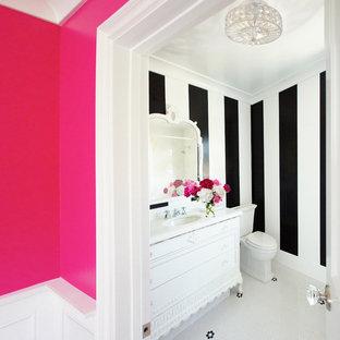 Diseño de cuarto de baño con ducha, ecléctico, de tamaño medio, con armarios tipo mueble, puertas de armario blancas, sanitario de una pieza, paredes negras, lavabo integrado, suelo de baldosas de cerámica, suelo blanco y encimeras blancas