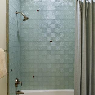 Foto de cuarto de baño bohemio con combinación de ducha y bañera y baldosas y/o azulejos de vidrio