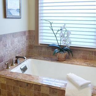 Diseño de cuarto de baño ecléctico con bañera encastrada sin remate y baldosas y/o azulejos beige