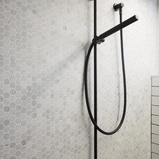 Imagen de cuarto de baño principal, ecléctico, pequeño, con ducha abierta, baldosas y/o azulejos blancos, baldosas y/o azulejos de cerámica, paredes blancas y suelo de baldosas de cerámica