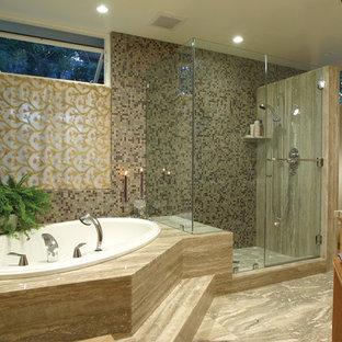 Modelo de cuarto de baño ecléctico con bañera encastrada y ducha empotrada