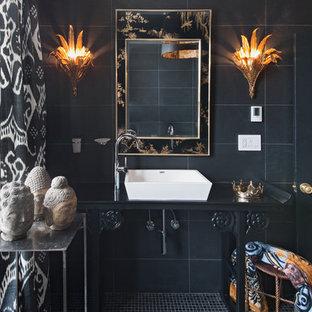 Stilmix Badezimmer mit verzierten Schränken, schwarzen Schränken, schwarzen Fliesen, Mosaik-Bodenfliesen und Aufsatzwaschbecken in Toronto