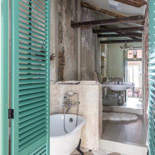 Inspiration pour une salle de bain style shabby chic avec un lavabo suspendu, une baignoire sur pieds et un carrelage multicolore.