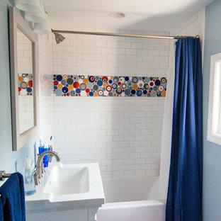 Imagen de cuarto de baño infantil, ecléctico, pequeño, con armarios con paneles empotrados, puertas de armario blancas, combinación de ducha y bañera, sanitario de una pieza, baldosas y/o azulejos multicolor, baldosas y/o azulejos blancos, baldosas y/o azulejos en mosaico, paredes azules, bañera encastrada, suelo de baldosas de cerámica, lavabo integrado y encimera de cuarzo compacto
