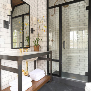 シカゴのトランジショナルスタイルの浴室・バスルームの画像 (サブウェイタイル、黒い床)