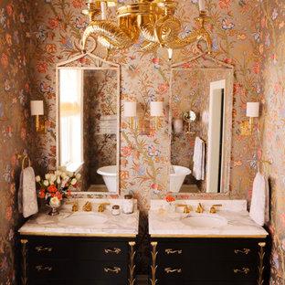 Immagine di una stanza da bagno eclettica con lavabo sottopiano, consolle stile comò, ante nere e pareti multicolore
